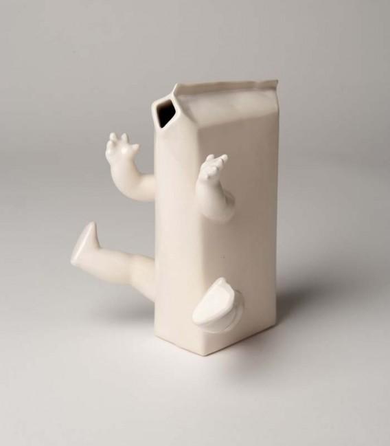 Brique de lait en céramique avec bras et jambes