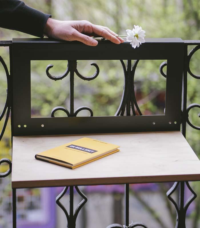 Mesa colgante para balc n con baldosas hidra licas - Mesa para balcon ...