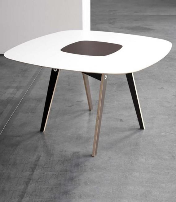 Mesa de comedor en madera de abedúl con pieza resistente al calor
