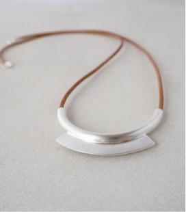 Colgante de plata y cordón de cuero de diseño contemporáneo ARCO