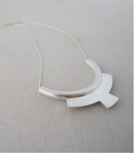 Collar de plata de diseño moderno y acabado artesanal DOBLE ARCO