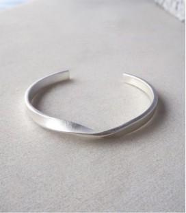 Brazalete de plata de diseño moderno y trabajado a mano TWIST
