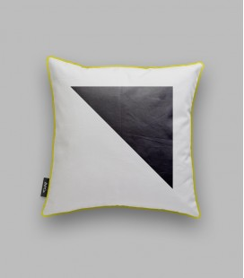 Coussin triangle noir