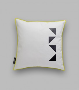 Coussin 4 triangles noirs